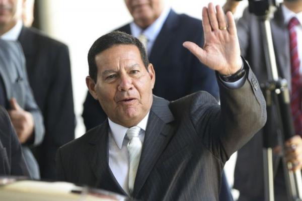 """Mourão faz busca por grampos em seus gabinetes e confirma clima de """"guerra"""" com Bolsonaro"""