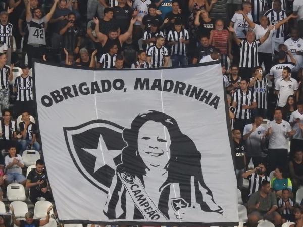 Com bandeiras e um minuto de samba, Botafogo homenageia Beth Carvalho