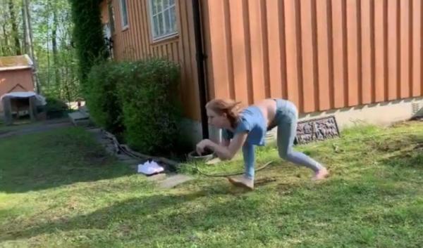 Vídeo de mulher que anda e corre como um 'cavalo' viraliza na internet