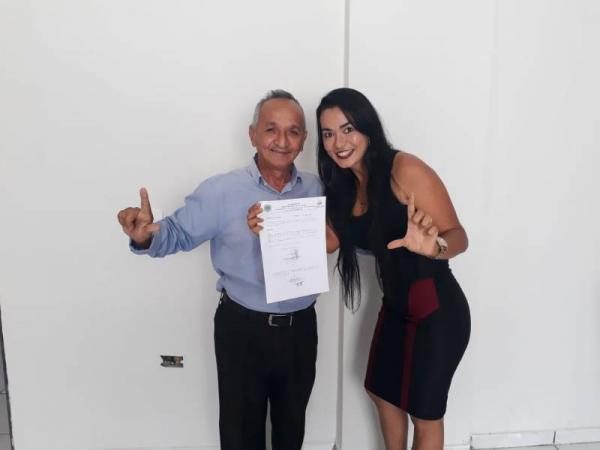 Vídeo: Vereador de Gilbués dança varrendo a rua comemorando a volta do Prefeito Léo Matos