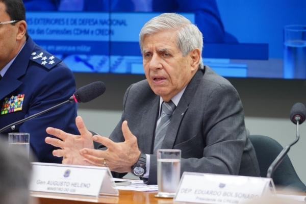 """Ministro e General Heleno diz que tem """"vergonha"""" de receber R$ 19 mil por mês."""