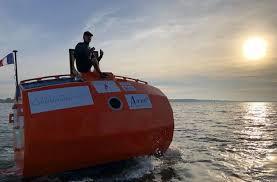 Francês de 72 anos atravessa o Atlântico em um tonel sem motor, levado pelas correntes e pelo vento