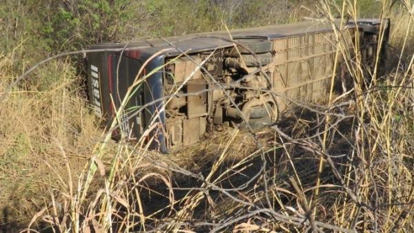 Ônibus que seguia para o Piauí tomba na BR-135 e deixa nove feridos
