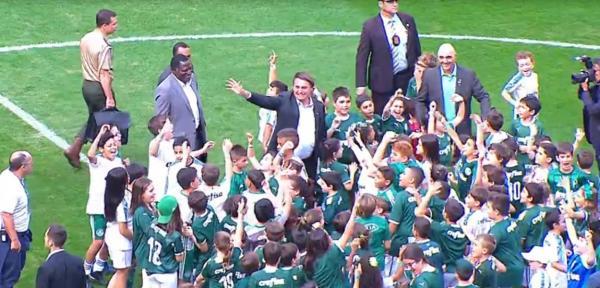 Bolsonaro usa jogo do Palmeiras X Vasco com bilheteria paga e foi vaidado no Allianz Parque.