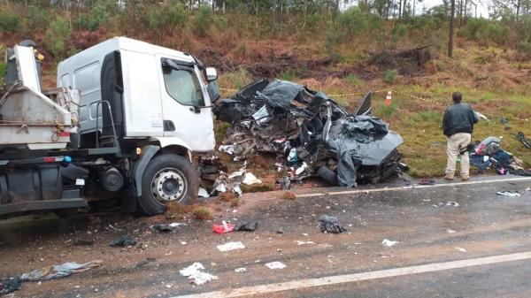 Três pessoas morrem em acidente envolvendo carro e caminhão na BR-277, em Palmeira