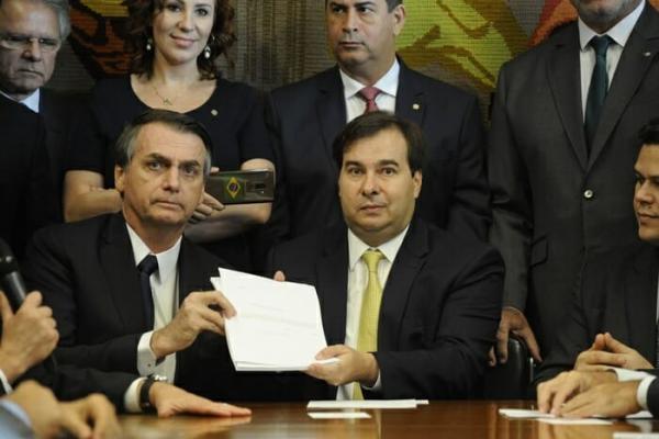 Aposentado aos 33 anos, Bolsonaro recebe uma fortuna em aposentadorias acumuladas.
